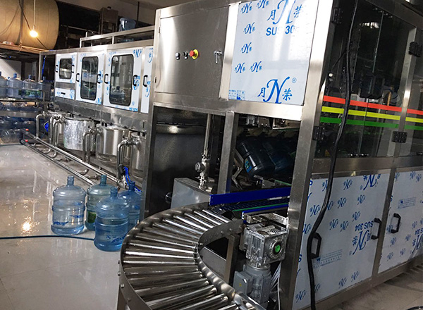 Gallon bottle filling line, 3-in-1 washing, filling, capping design; 4 rows with 500bottle per hour capacity